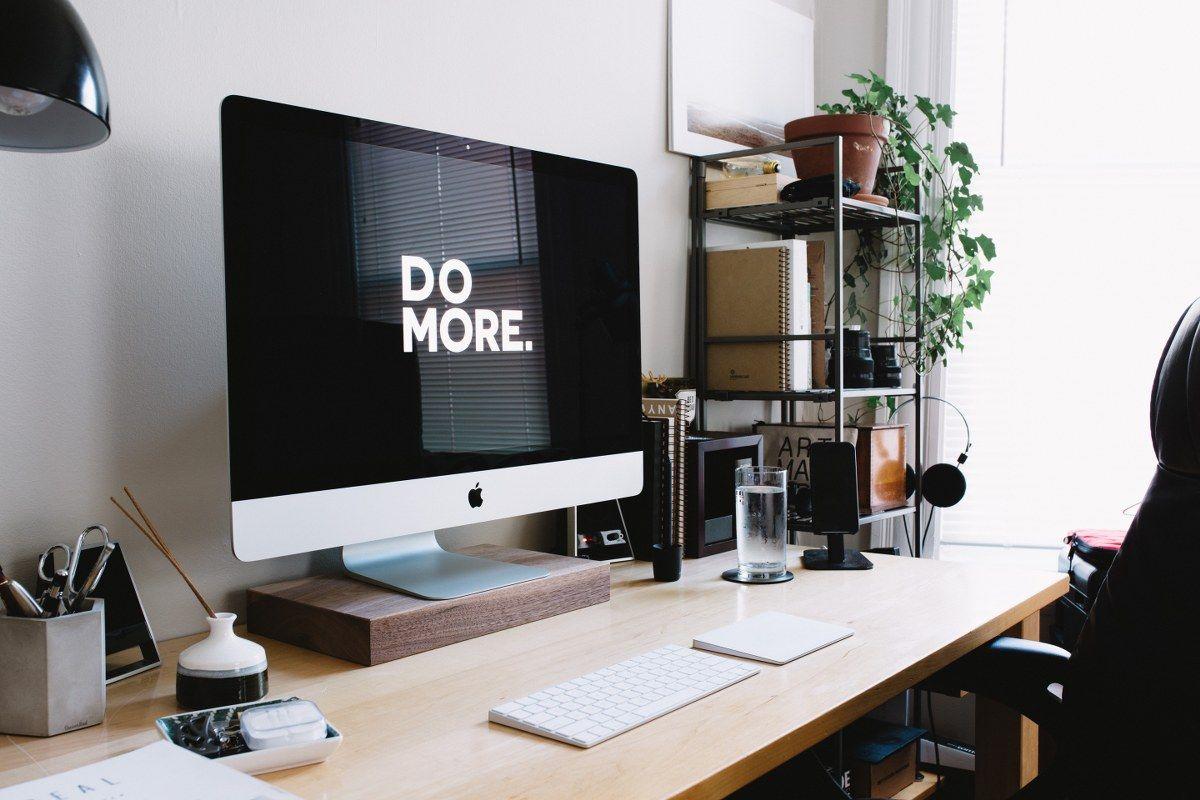 En dator med orden 'Gör mer' med digital fakturering